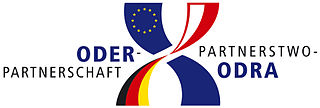 Logo der Oder-Partnerschaft / Logo Partnerstwa-Odra; CC BY-SA 3.0, Wikimedia Commons, User: EisJ