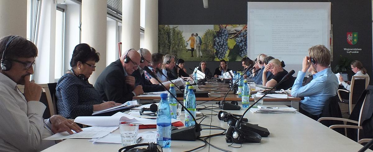 Der Raumordnungsausschuss bei der Arbeit (16. Sitzung am 20.05.2016 in Zielona Góra).